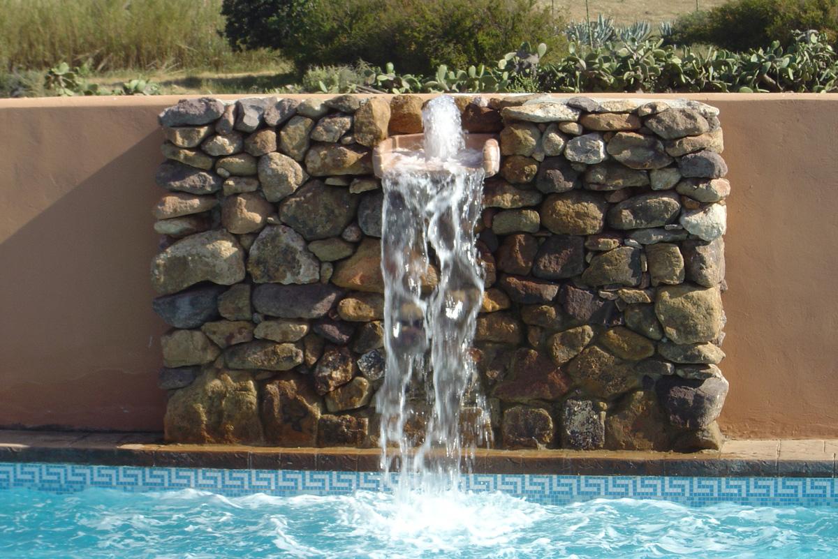 Cascada piscina en Hotel de naturaleza Rodalquilar